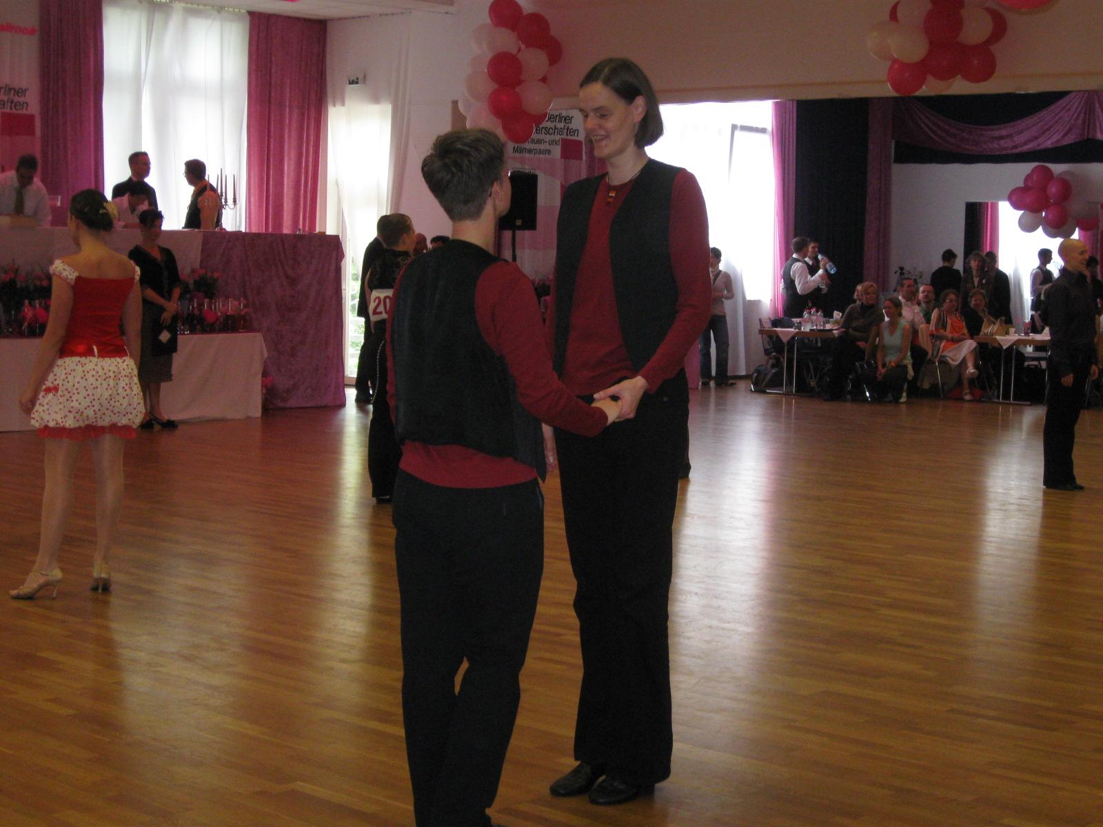 Gleichgeschlechtliche Tanzästhetik:  Von der (begrenzten) Freiheit aus der Rolle zu tanzen