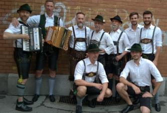 Kernig und zünftig klatschen sie aufs Leder und stampfen aufs Parkett:  Die Querplattler in Berlin